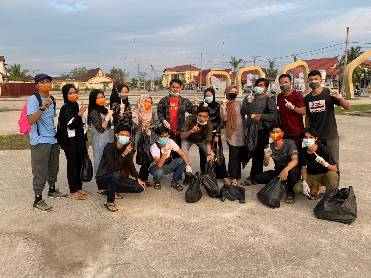 Peduli Lingkungan, Putra M Amin Pimpin Milenial Mulia Bersih Sampah di Alun-Alun